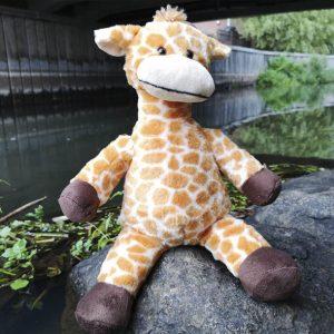 En høj og sød giraf bamse
