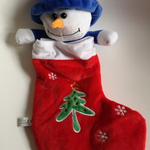 En fin rød julesok med en snemand hængende op fra sokken med en blå hat