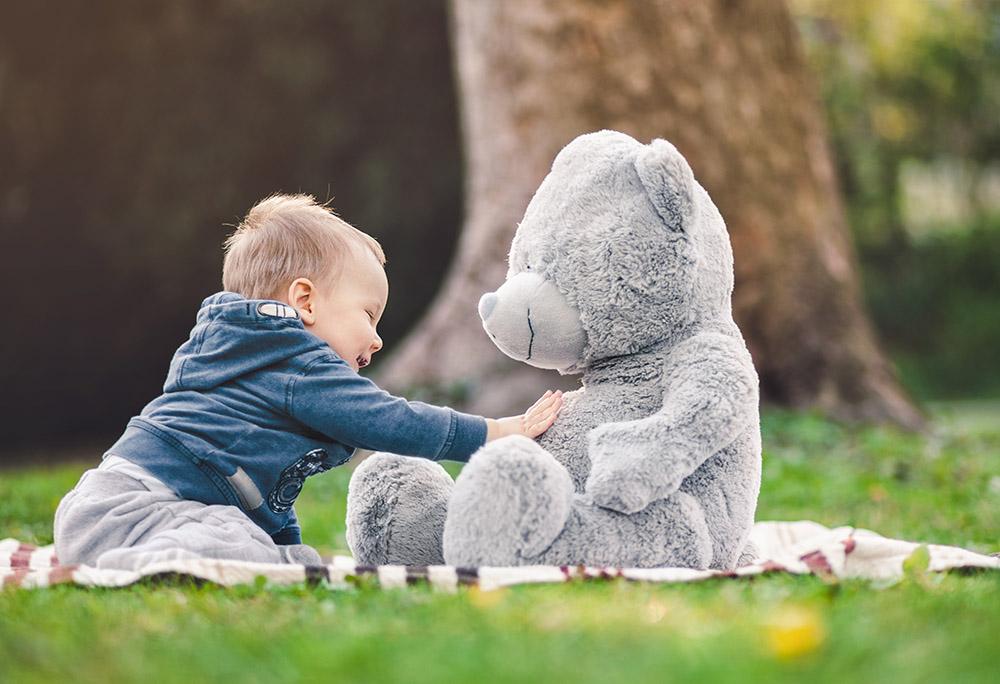 barn med sin første bamse